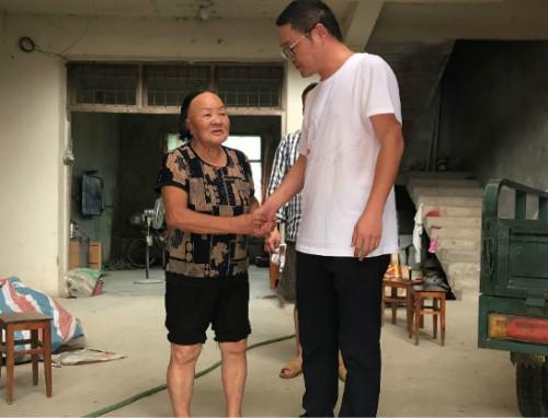 全力帮忙本次公益活动的淤上村的村长吴兴飞