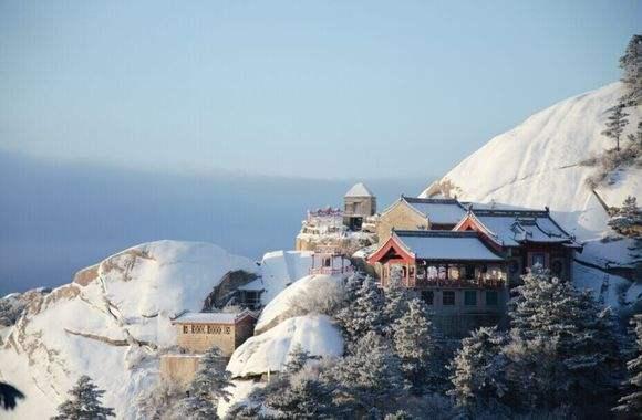 华山高幢幢,上有高高松 在《楚留香》的世界里,华山终年积雪,古朴与