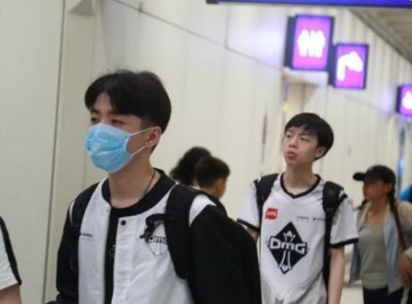 LPL四天团抵达台湾 冠军牛肉面惊艳眼球