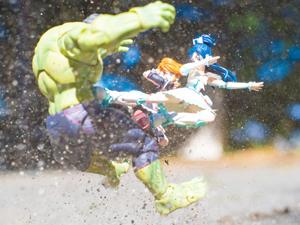 美少女飞踹绿巨人!当脑洞摄影师手中刚好有了手办模型……