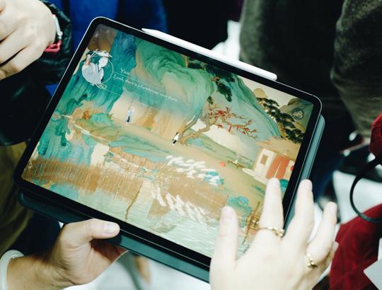 图1 :现场体验区iPad Pro上运走网易新游《绘真·妙笔千山》.jpg