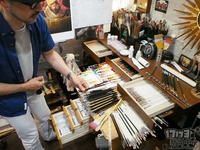 图3:长野刚先生展示其绘画所用的工具.jpg