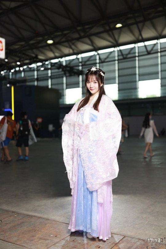 2021ChinaJoy首日现场Showgirl:眼镜娘+猫耳女仆,这厂商真懂宅男啊!
